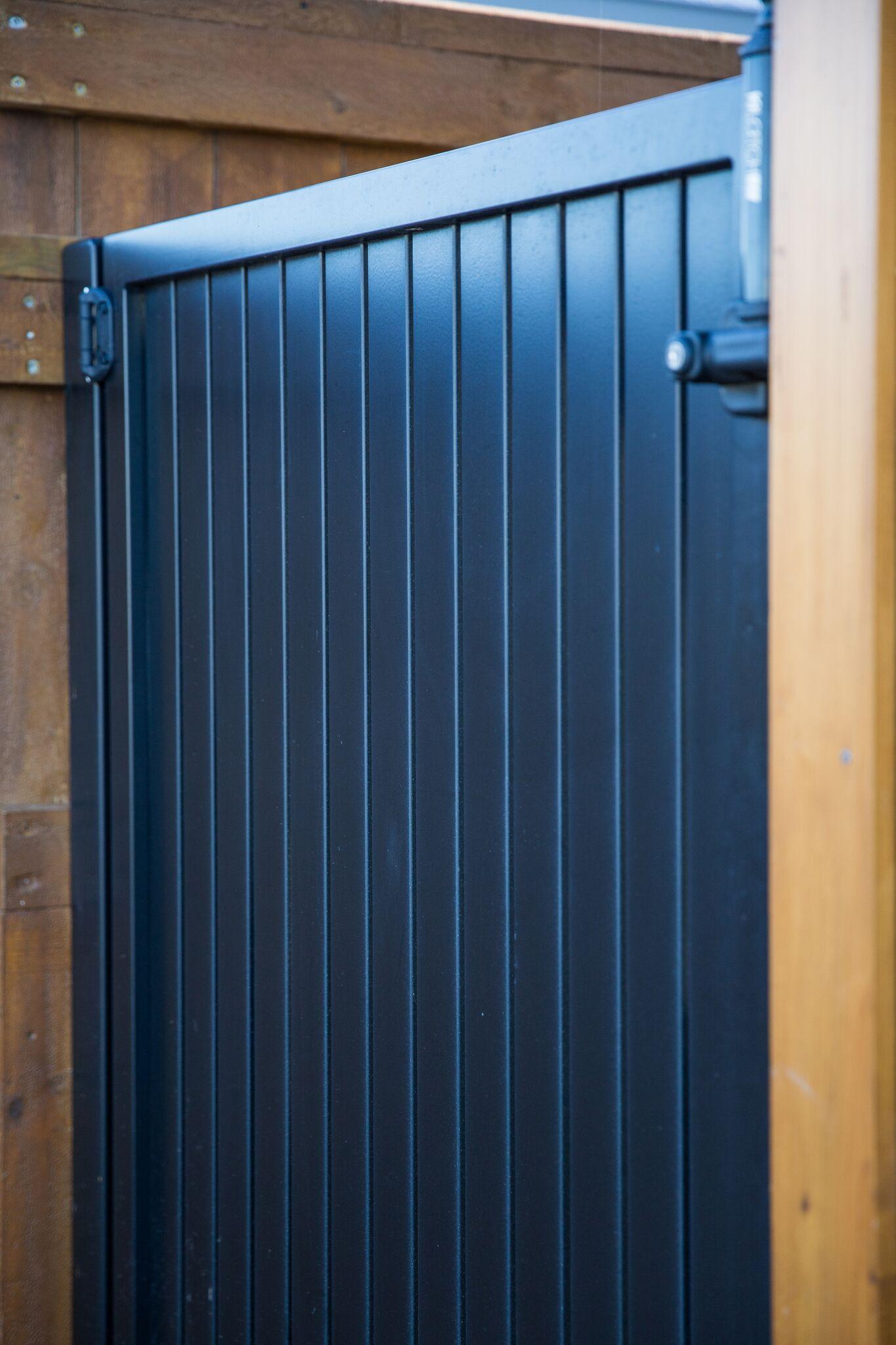 Vertical aluminium gate
